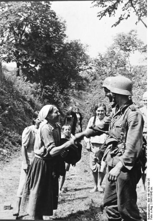 Russland, Zivilisten und deutscher Soldat