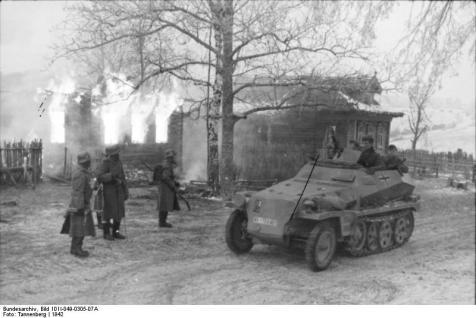 Russland, Schützenpanzer vor brennendem Gebäude