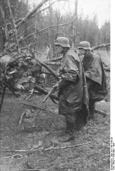 Russland, Infanteristen mit Regenumhang