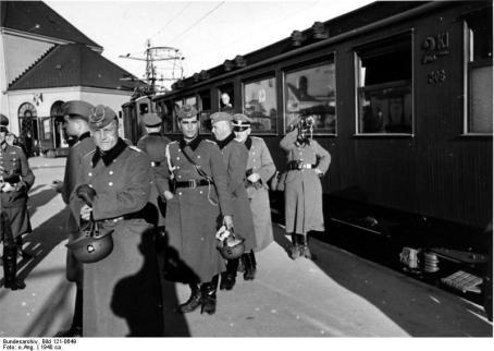 Ankunft d. 9. Pol. Bat. auf dem Osloer Westbahnhof, der Hornist blässt das Signal zum Aussteigen
