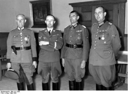 Reichsführer SS Himmler und General Daluege mit den Ritterkreuzträgern Oberstleutnant Giese [Bernhard Griese, l.] und Major Pannier