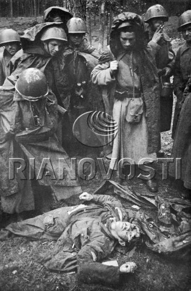 Бойцы Красной Армии у трупа убитого немецкого солдата