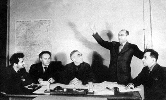Фефер делится своими впечатлениями об Америке. Слева направо - Галкин, Квитко, Эпштейн, Бергельсон